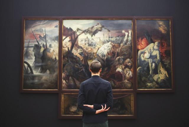 Mężczyzna stojący przed obrazem