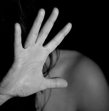 Dłoń zakrywająca twarz