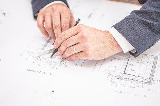 Architekt podczas pracy nad projektem