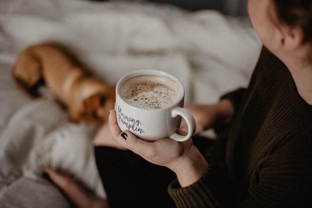Kobieta trzymająca filiżankę kawy