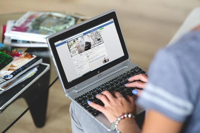 Dłonie na laptopie