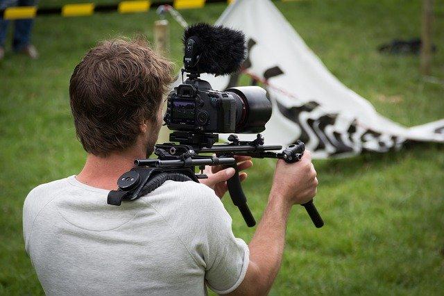 Reżyser podczas kręcenia sceny