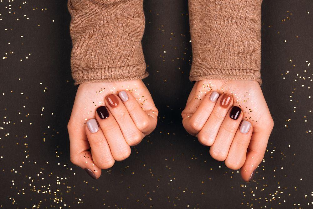 lakier hybrydowy na paznokciach