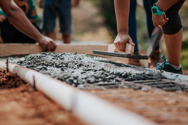 pracownicy na budowie
